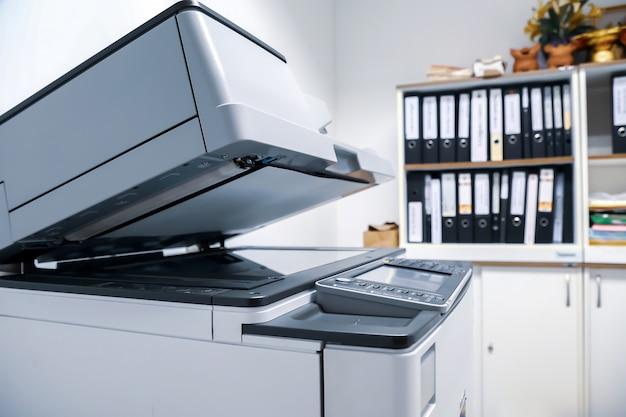 Het kopieerapparaat of de netwerkprinter is een hulpmiddel voor kantoormedewerkers.
