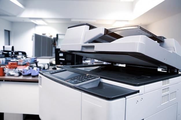 Het kopieerapparaat of de printer is kantoorapparatuur voor het scannen van documenten en kopieerpapier.