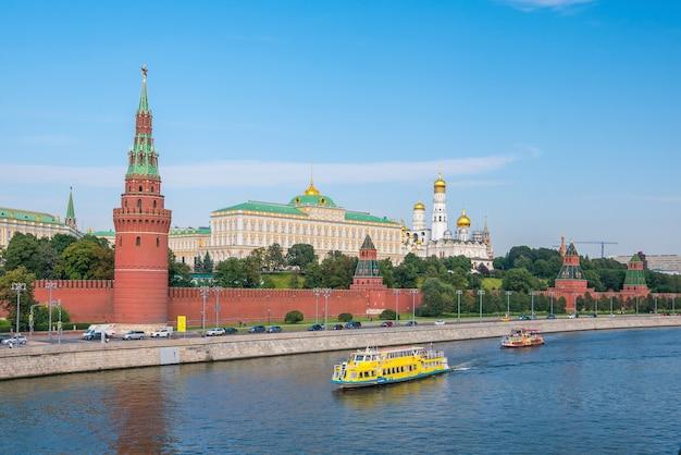 Het kremlin van moskou en de waterkant in moskou, rusland
