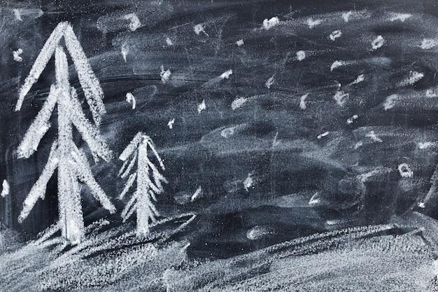 Het krijt dat van kerstmankinderen op zwart bord trekt