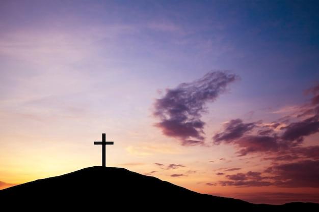 Het kruis op de heuvel, jezus christus van de waarheid uit de bijbel. paasvakantie, religie. redding van zonden, opoffering.