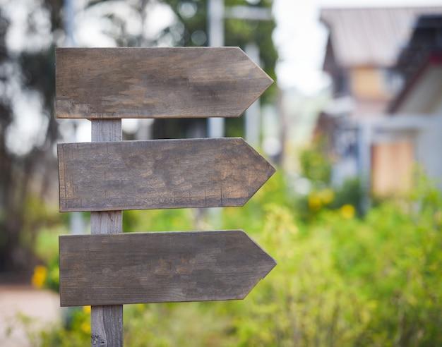 Het kruispunt voorziet pijl van wegwijzers - houten verkeersteken leeg op de manier