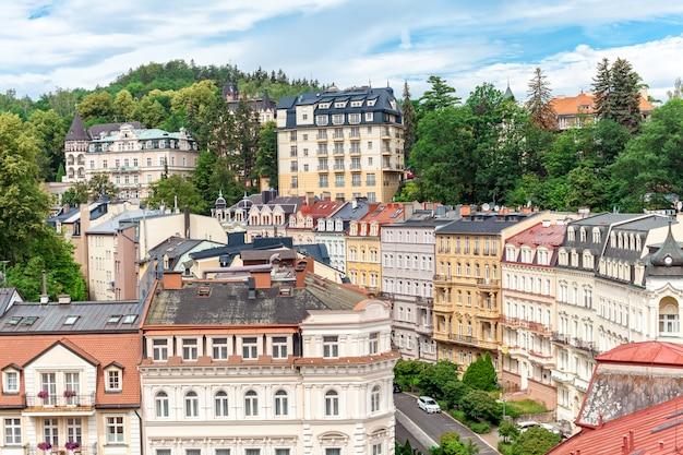 Het kuuroord karlovy vary in tsjechië in de zomer