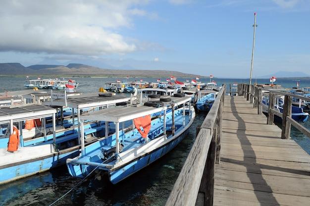 Het labuan lalang-dok is een toegangsdeur om het menjangan-eiland in west-bali, indonesië te bereiken.