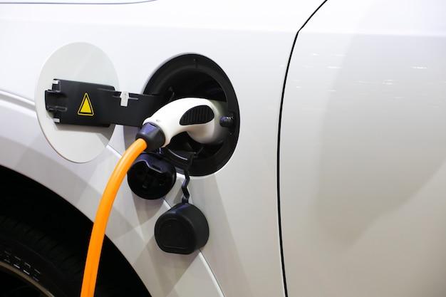 Het laden van energie van een elektrische auto in de tsjechische republiek van praag