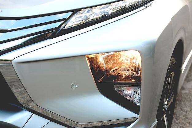Het lampje van de auto is aan. dichtbij. zet de koplampen van de auto aan. b