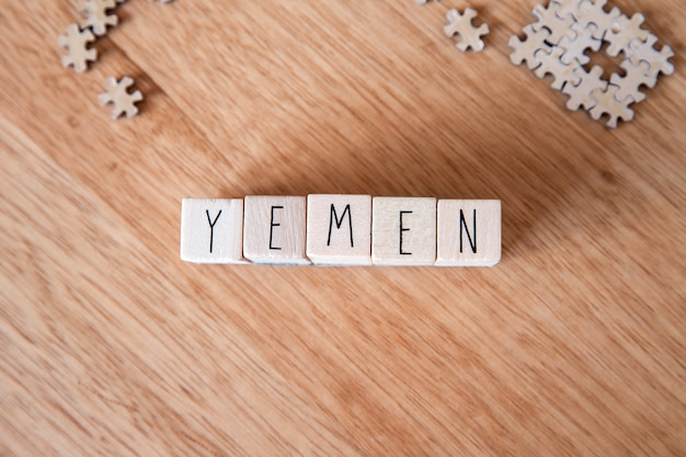 Het land jemen schreef op houten kubussen op houten achtergrond, land in het midden-oosten