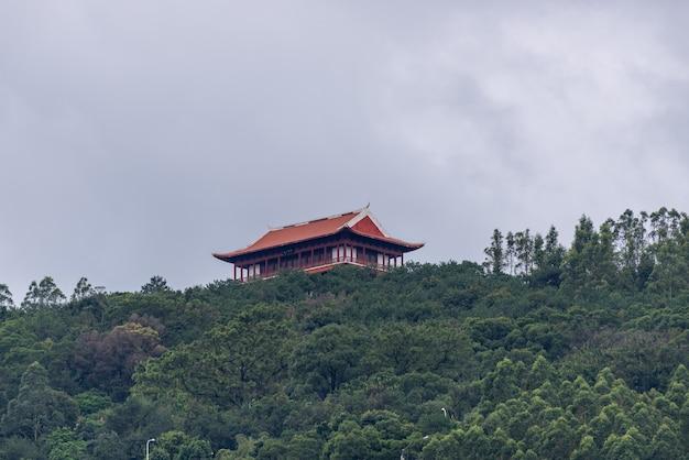 Het landelijke landschap na de regen, huizen, groene bergen en rivieren