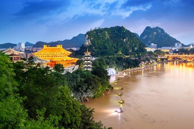 Het landschap aan beide zijden van de liujiang-rivier, het stedelijke landschap van liuzhou, guangxi, china.