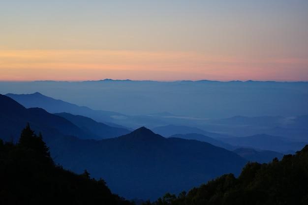 Het landschap van de de bergenmening van het nationale park met mistig
