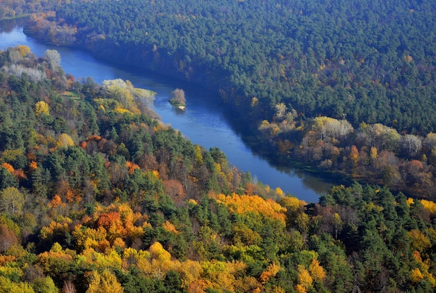 Het landschap van de riviermening in noord-europa in de herfst
