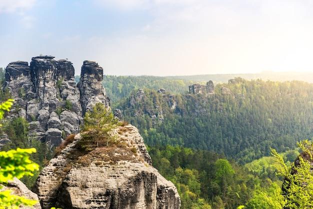 Het landschap van de rotsachtige bergenvallei