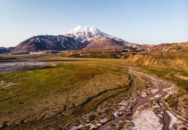 Het landschap van de schoonheidsvulkaan met diepe blauwe hemel op kamchatka, rusland