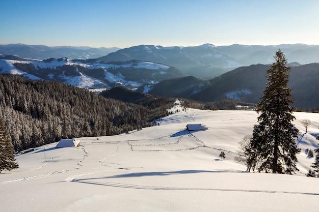 Het landschap van de winterkerstmis van bergvallei op ijzige zonnige dag.