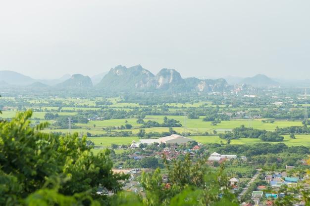 Het landschap van thailand van landelijke stad en moutain
