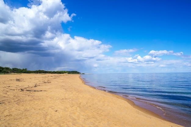 Het landschap witn strand van de kust in simrishamn, zweden.