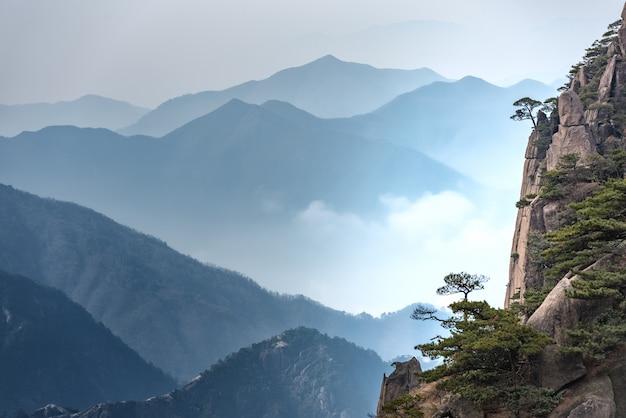 Het landschap zet huangshan, gele berg in anhui van china op.