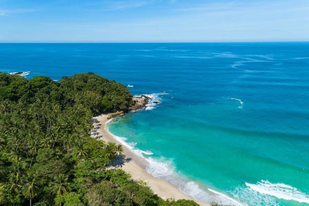 Het landschapsmening van de landschapsaard van mooie tropische overzees met zeekustmening in zomerbeeld door luchtschot geschotene, hoge hoekmening.