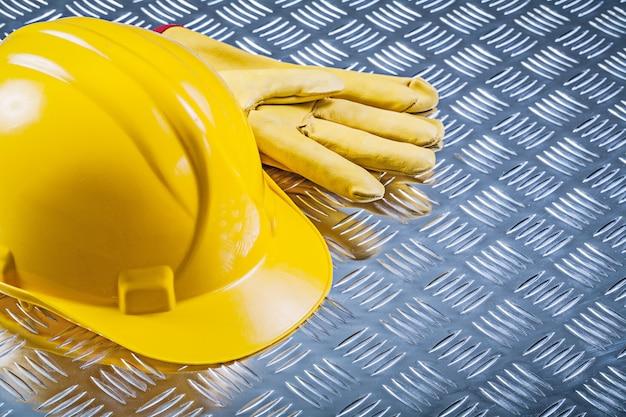 Het leer van de veiligheid handschoenen die helm bouwen op gecanneleerd de bouwconcept van de metaalplaat