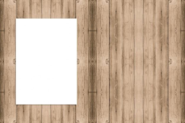 Het lege gevouwen document affiche hangen op houten muur, malplaatjespot omhoog voor het toevoegen van uw ontwerp.