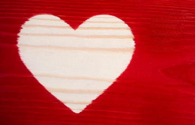 Het lege hart op de geschilderde houten plank