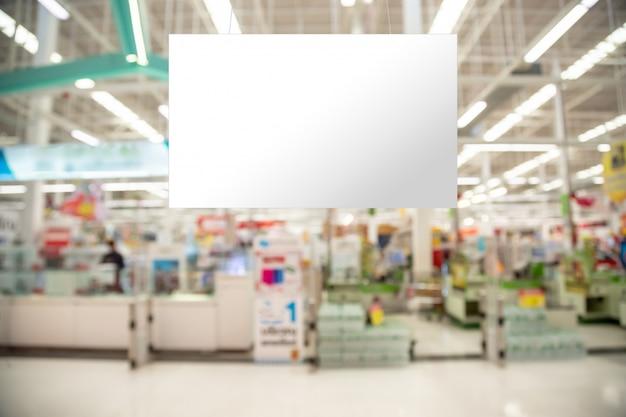 Het lege reclameaanplakbord hangen in de supermarkt