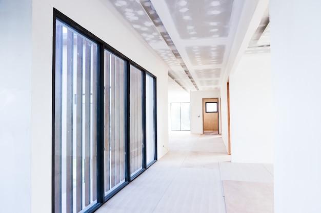 Het lege ruimtebinnenland bouwt gipsplaatplafond en airconditioner in bouwwerf