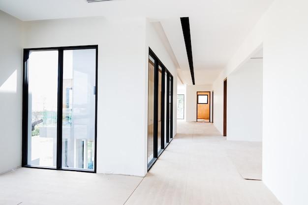 Het lege ruimtebinnenland bouwt witte de kleurstof en de airconditioner van de muur gipsraad in bouwwerf
