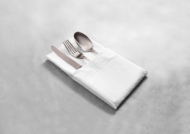 Het lege witte servet van de restaurantdoek met zilveren bestekset