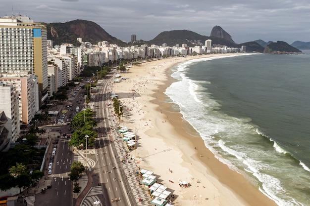 Het legendarische copacabana-strand in rio de janeiro, brazilië.