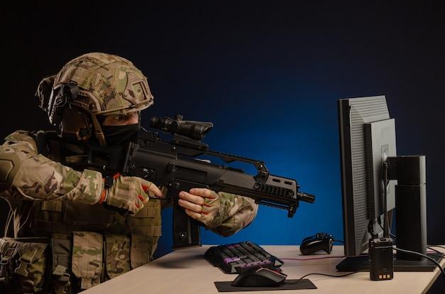 Het leger in uniform achter een computer voert cyberoorlogvoering uit