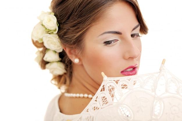 Het leuke en jonge meisje treft voor huwelijk voorbereidingen