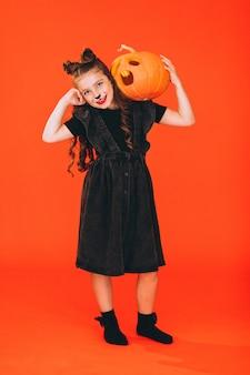 Het leuke meisje kleedde zich in halloween-kostuum in studio