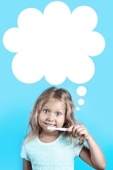 Het leuke meisje met krullend haar borstelt haar tanden met witte tandenborstel op een blauw.