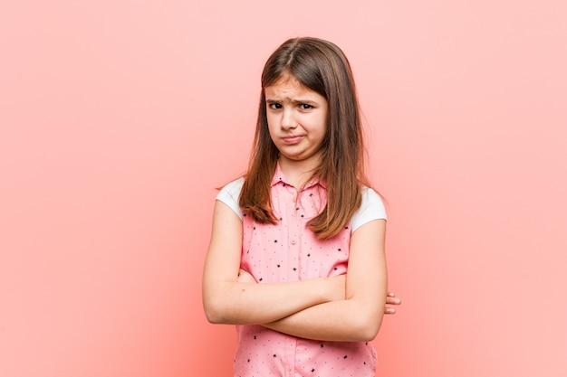 Het leuke meisje ongelukkige kijken in camera met sarcastische uitdrukking.
