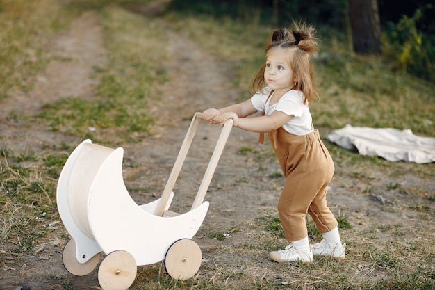 Het leuke meisje spelen in een park met wit vervoer