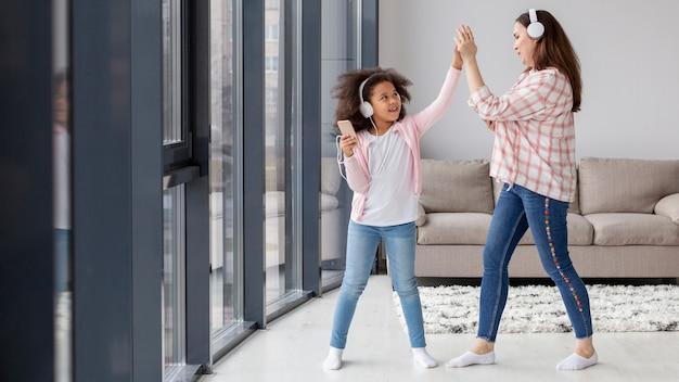 Het leuke meisje spelen met moeder thuis