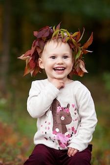 Het leuke meisje spelen met pompoen in de herfstpark. halloween en thanksgiving tijd leuk voor familie.