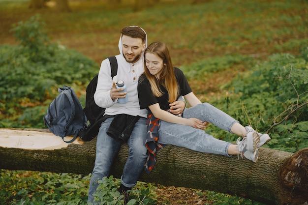 Het leuke paar heeft rust in een de zomerbos