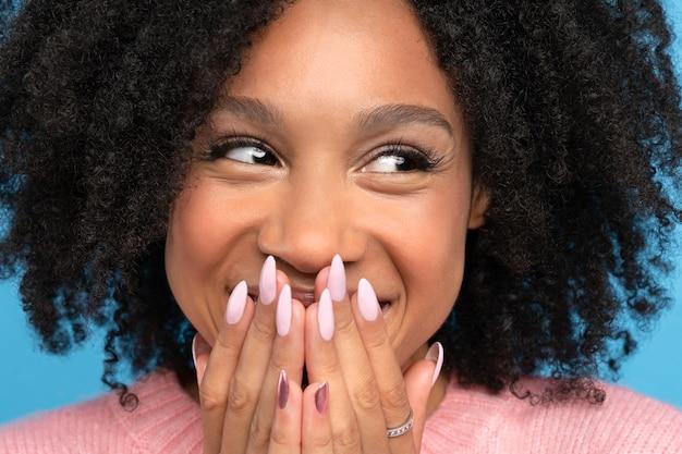 Het leuke positieve gemengde rasvrouwtje glimlachen