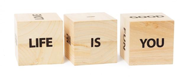 Het leven is geschreven op houten kubussen