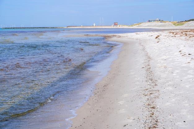 Het leven wacht huis op een duin op het strand van skanor, skane, zweden