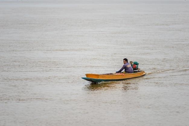 Het levens aziatische visser en vissersboot