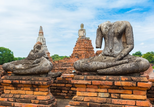 Het lichaam van een stenen boeddhabeeld op een oud hek bij de chaiwatthanaram-tempel, provincie ayutthaya, thailand