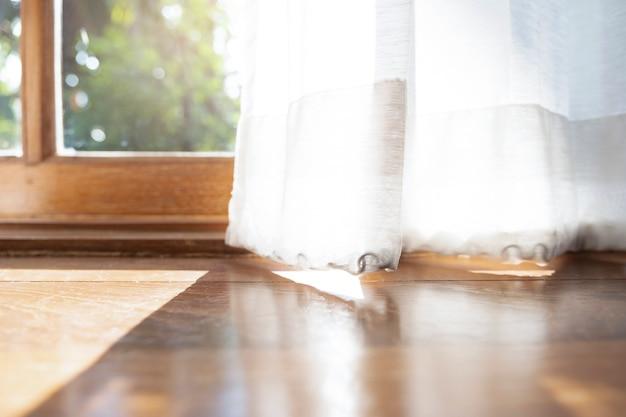 Het licht en de schaduw van de ochtend op de zijden blindering of het gordijn.