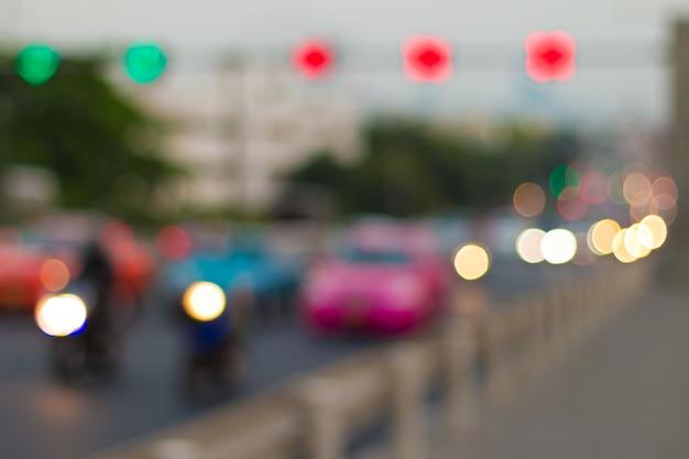 Het licht en het verkeer van de onduidelijk beeldauto in de stad voor abstracte achtergrond