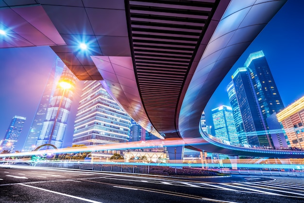 Het licht paden op het moderne gebouw