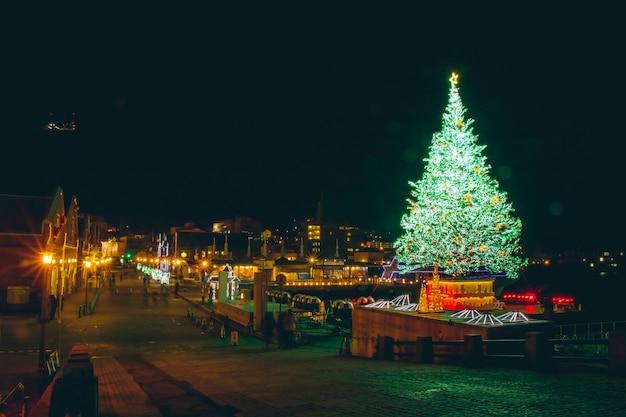 Het licht van de kerstboomnacht en verlichting bij het rode baksteenpakhuis van kanemori, hakodate hokkaido japan
