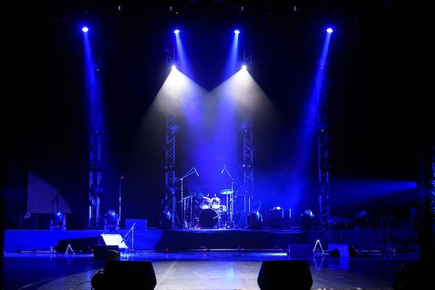 Het licht van zoeklichten in rook op het podium.