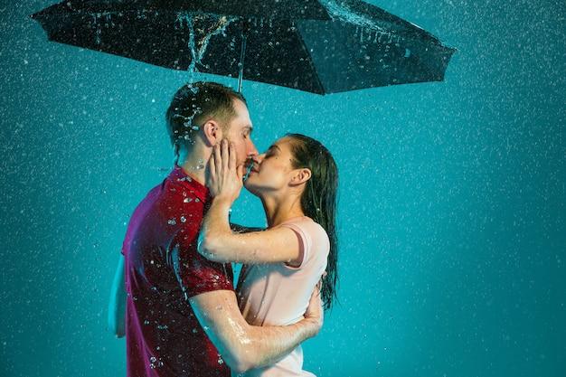 Het liefdevolle stel in de regen
